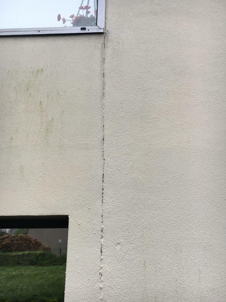 fissure sur un mur d'extension de maison