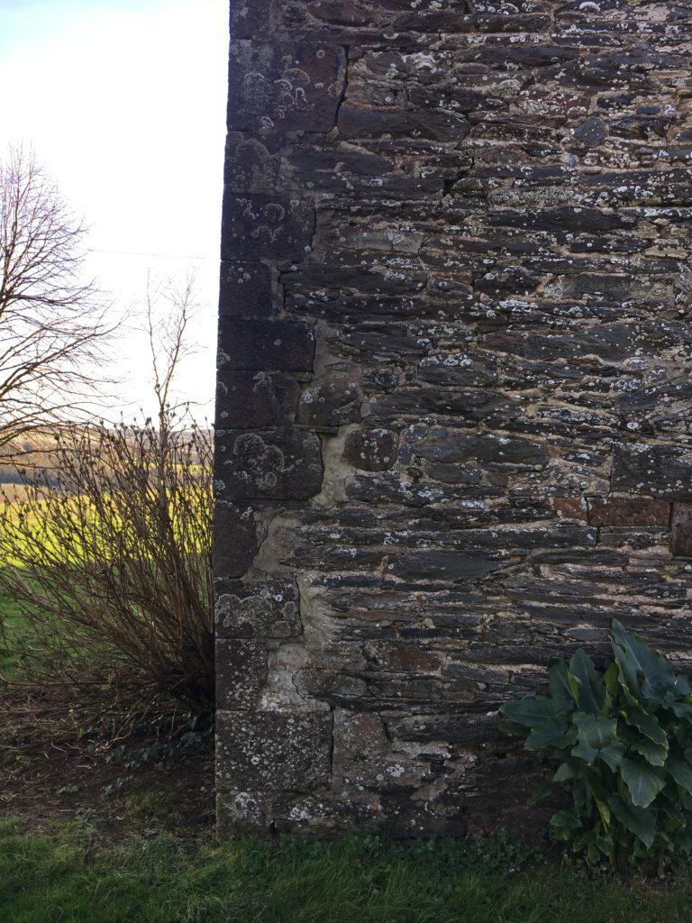 un mur en pierre avec fissures