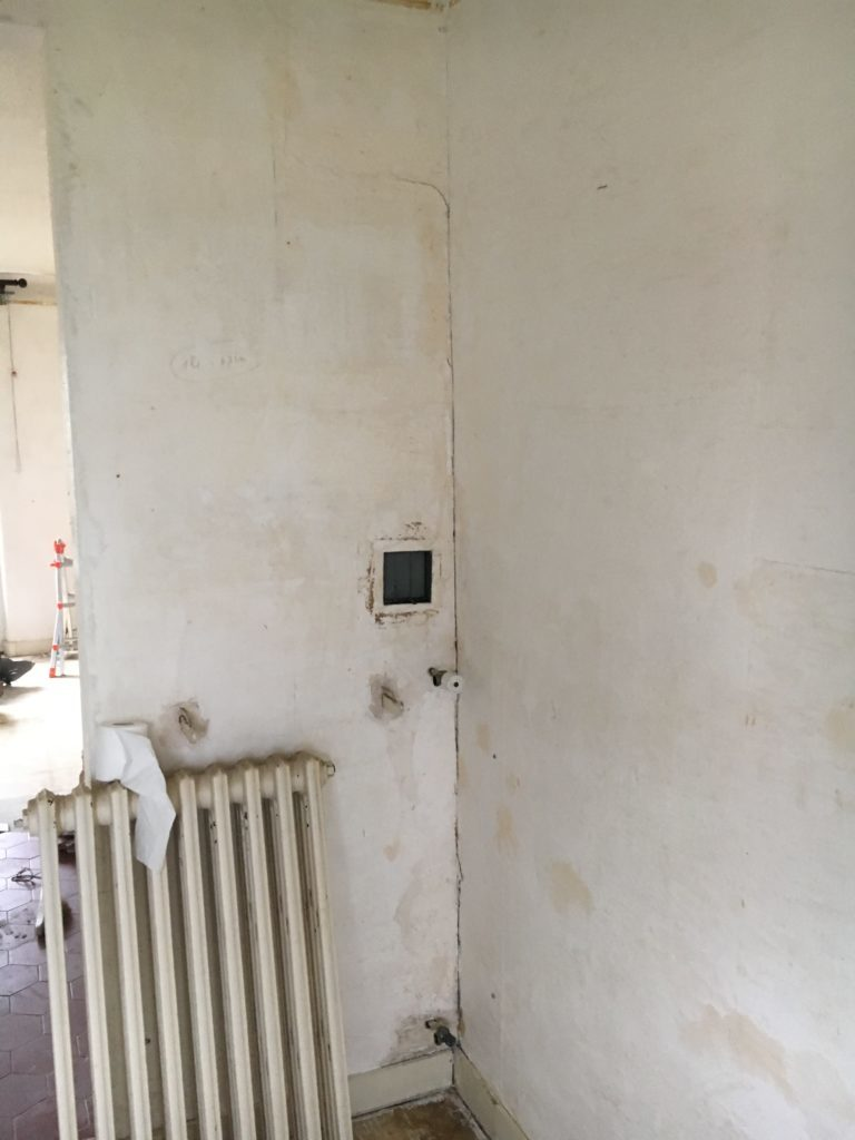 un pignon de mur avec une fissure